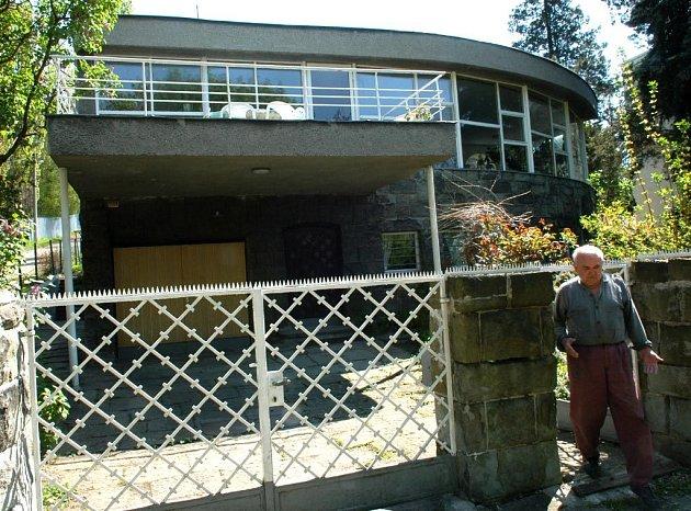 Stanislav Doležílek před svou vilou, která byla nově prohlášena národní kulturní památkou. Mísí se v něm radost i rozpaky.