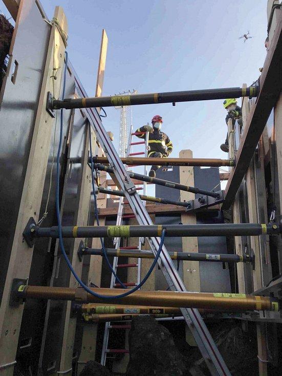 Výcvik hasičů při výkopech.