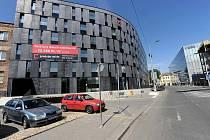 Bytový dům na rohu ulic Kostelní a Biskupské. Ilustrační foto.