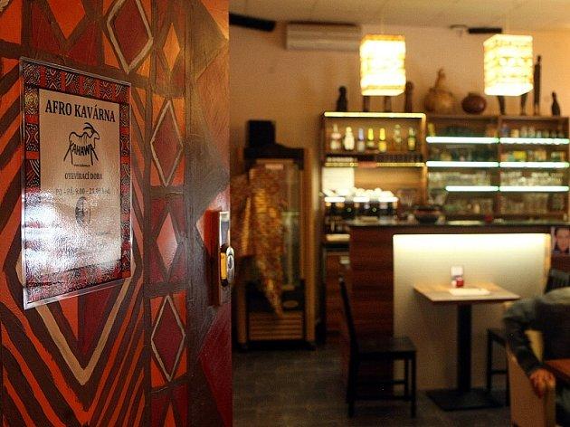 Interiér kavárny Kahawa zdobí nejen originální ornamenty na zdech a svítidlech, ale i prodejné fairtradové výrobky z Afriky.