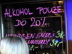 Zákaz prodeje tvrdého alkoholu, který plati od pátečního večera, kontrolovali v Ostravě pracovnicí celní správy a policie ČR.