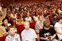 Velký sál Domu kultury města Ostravy naplnili studenti. Před nimi zasedli za hudební nástroje členové ostravské filharmonie