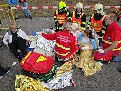 Několik zraněných ale také mrtvých si vyžádala naštěstí jen zinscenovaná hromadná dopravní nehoda, ke které došlo v pátek dopoledne na výjezdu z Havířova směrem na Ostravu.