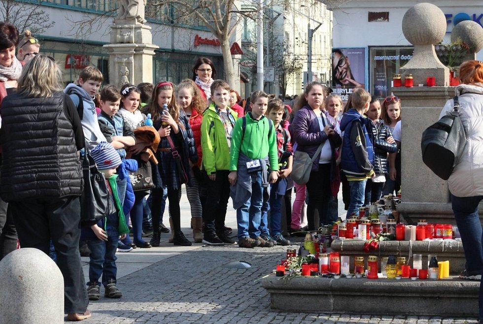 Lidé vytvořili pietní místo Věře Špinarové na Masarykově náměstí v Ostravě.