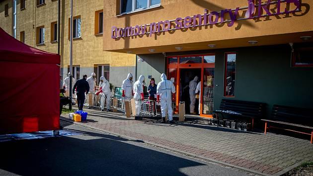 Příprava na dezinfekci Domova pro seniory Iris v Ostravě-Mariánských Horách, kde se objevil koronavirus (COVID-19).
