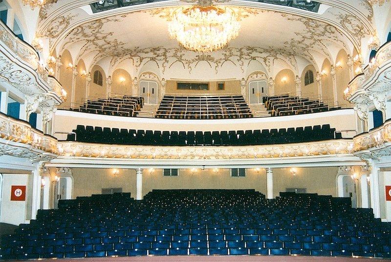 Původní modrý interiér. Během rekonstrukce získal zpět své prvotní barvy – červenou a zlatou.