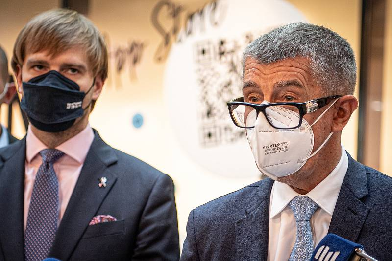 V OC Forum Nová Karolina se otevřelo očkovací místo bez nutnosti předchozí registrace, 21. července 2021 v Ostravě. (zprava) premiér Andrej Babiš a ministr zdravotnictví Adam Vojtěch.