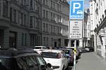 Jedna z parkovacích zón v centru Ostravy, kde bylo v rámci koronavirových opatření dočasně volné parkování. Od úterý 28. dubna 2020 zde mohou parkovat opět výhradně držitelé karet R a A.