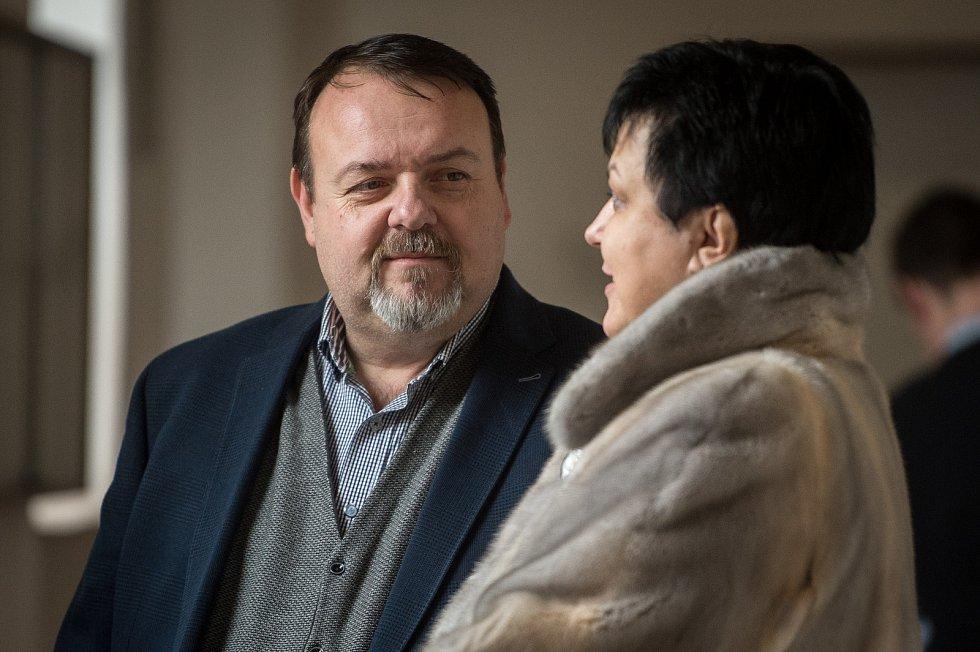 Daneš Zátorský (vlevo) u Krajského soudu v Ostravě, který je spolu s Davidem Rusňákem 31. ledna 2019 zprostil obžaloby z podílu na vytunelování ostravské záložny Unibon.