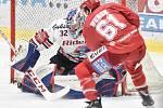 Čtvrtfinále play off hokejové extraligy - 4. zápas: HC Vítkovice Ridera - HC Oceláři Třinec, 25. března 2019 v Ostravě. Na snímku (zleva) brankář Vítkovic Patrik Bartošák a Ethan Werek.