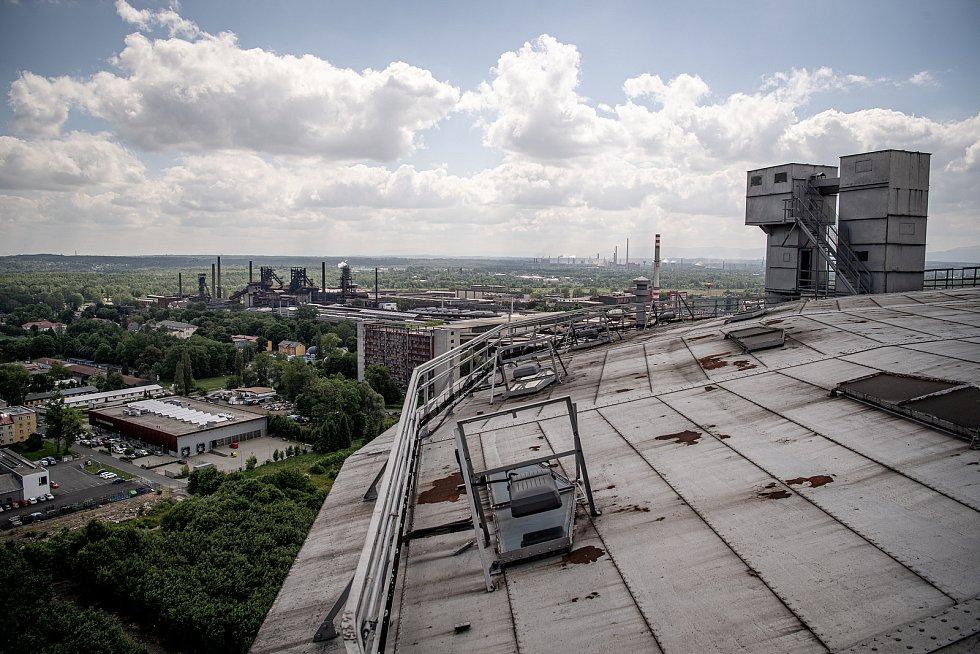 Odborná firma rozebere 84 metrů vysoký plynojem MAN který stojí na ulici 1. máje, snímek z 14. června 2021. Plynojem je už přes 10 let nevyužitý. Pohled ostravský Pentagon a Dolní Oblast Vítkovice.