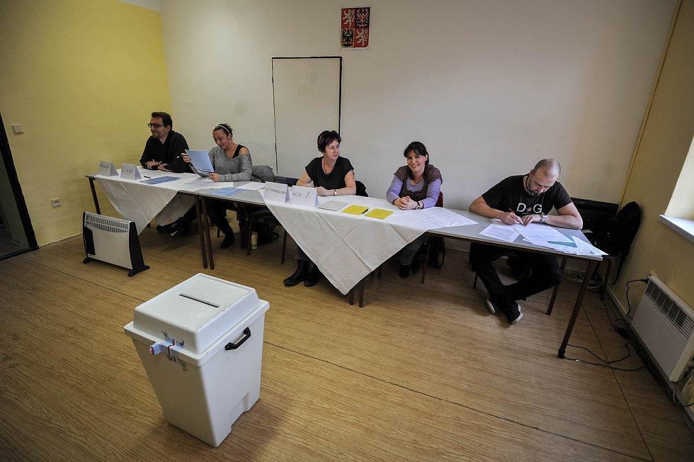 Takto vypadá volební místnost 19003, kam voliči nechodí.