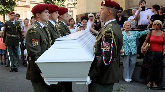 Rozloučení s vojákem Patrikem Štěpánkem v kostele Panny Marie Růžencové na Jiráskově náměstí v Plzni.