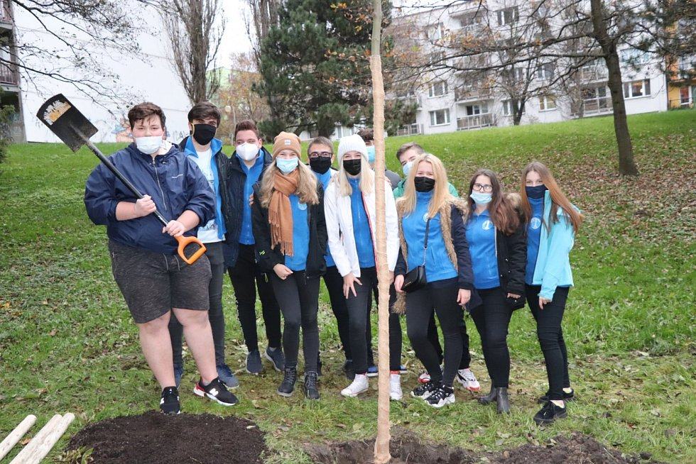Sázení stromů s podporou Nadace ČEZ - Orlová.