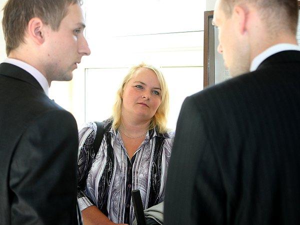 Šárka Mikšanová byla za více než šestnáctimilionovou zpronevěru odsouzena kpěti a půl roku vězení. Její milenec Roman Tomaschek, kvůli kterému se vydala na dráhu zločinu, dostal odva roky více.