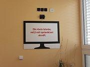 TADY BYLA TELEVIZE. Na místě, kde visel televizor, je nyní pouze cedule.
