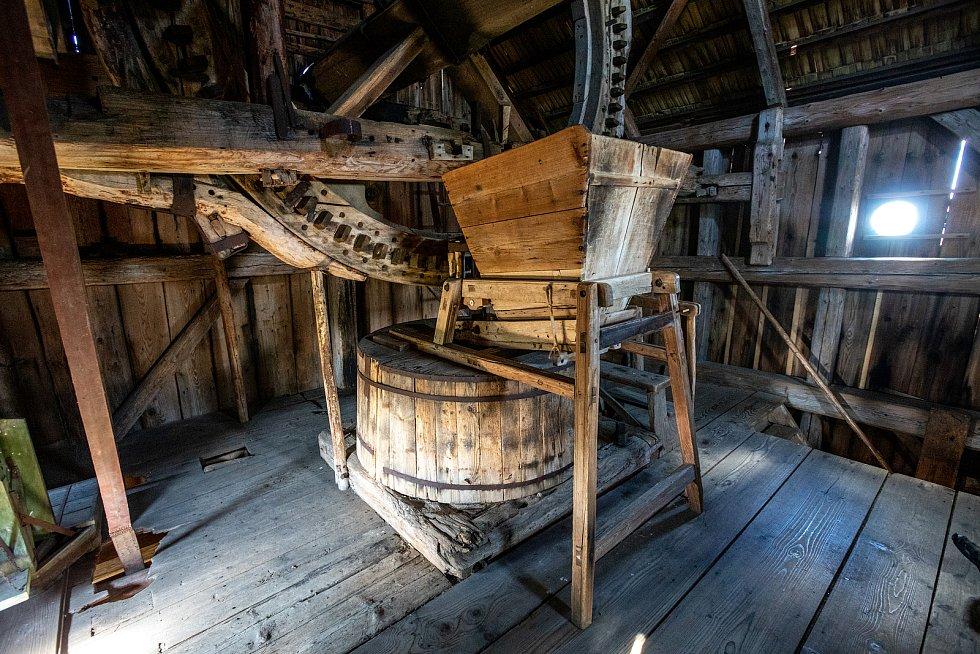 Jan Kandler, majitel partutovického dřevěného větrného mlýna, léto 2021.