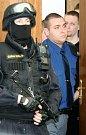 Vězeňská služba v úterý přivádí ke Krajskému soudu v Ostravě čtyři radikály, kteří jsou obžalováni ze žhářského útoku vůči romské rodině z Vítkova.