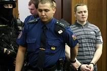 Vězeňská služba v úterý přivádí ke Krajskému soudu v Ostravě radikála Davida Vaculíka, který je s dalšími třemi mladíky obžalován ze žhářského útoku vůči romské rodině z Vítkova.
