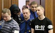 Vězeňská služba v úterý přivádí ke Krajskému soudu v Ostravě radikály Davida Vaculíka (vlevo) a Jaromíra Lukeše, kteří jsou s dalšími dvěma mladíky obžalováni ze žhářského útoku vůči romské rodině z Vítkova.