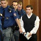 Vězeňská služba v úterý přivádí ke Krajskému soudu v Ostravě radikála Ivo Műllera, který je s dalšími třemi mladíky obžalován ze žhářského útoku vůči romské rodině z Vítkova.