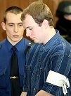 Vězeňská služba v úterý přivádí ke Krajskému soudu v Ostravě radikála Václava Cojocaru, který je s dalšími třemi mladíky obžalován ze žhářského útoku vůči romské rodině z Vítkova.