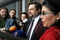 Krajský soud v Ostravě se ve středu začal zabývat případem bývalého poslance za ČSSD Petra Wolfa (50 let) a jeho manželky Hany Wolfové, kteří jsou obžalováni z dotačního podvodu. Za tento čin hrozí pět až deset let vězení.