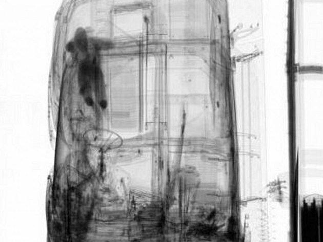 Rentgen jasně ukázal místo v kabině, kde se celostátně hledaný muž ukrýval.