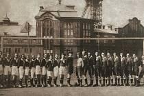 SPORTOVCI. Michálkovice dnes a Michálkovice v roce 1926 (na snímku) spojuje dominanta dolu Michal. Tehdy před ním však stávalo hřiště SK Michálkovice.