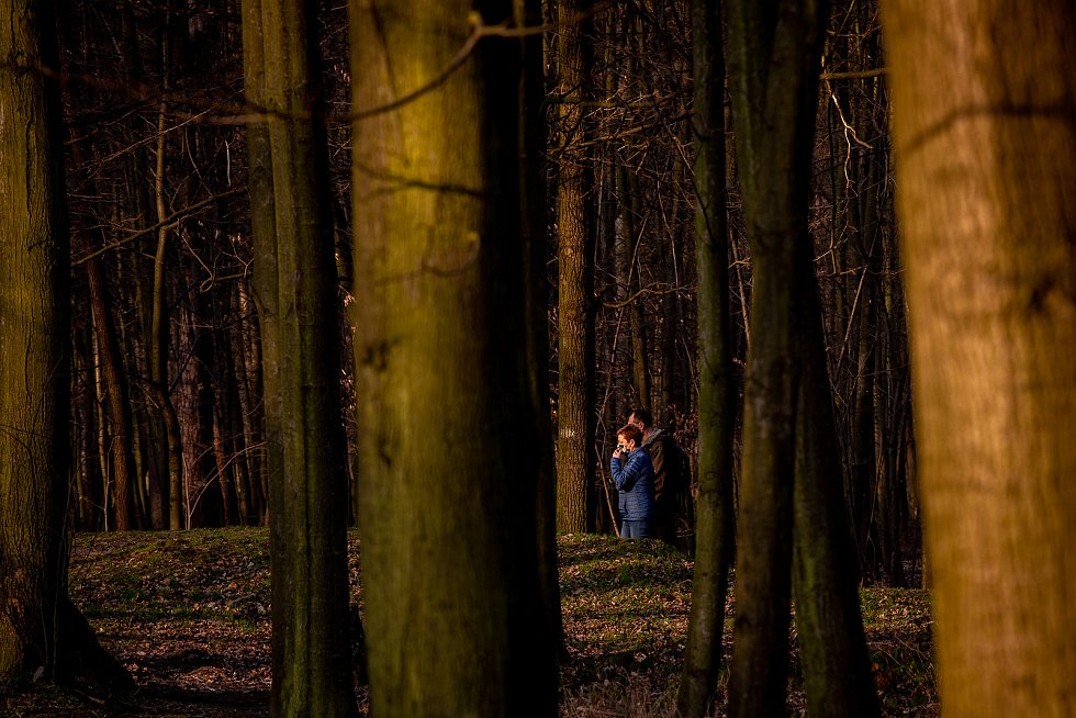 Lidé v rouškách na procházce v Bělském lese v Ostravě, 28. března 2020