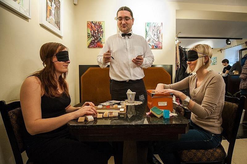 Jak chutná káva nevidomým? Ve čtvrtek to mohli zjistit návštěvníci kavárny Industrial kafe v centru Ostravy.