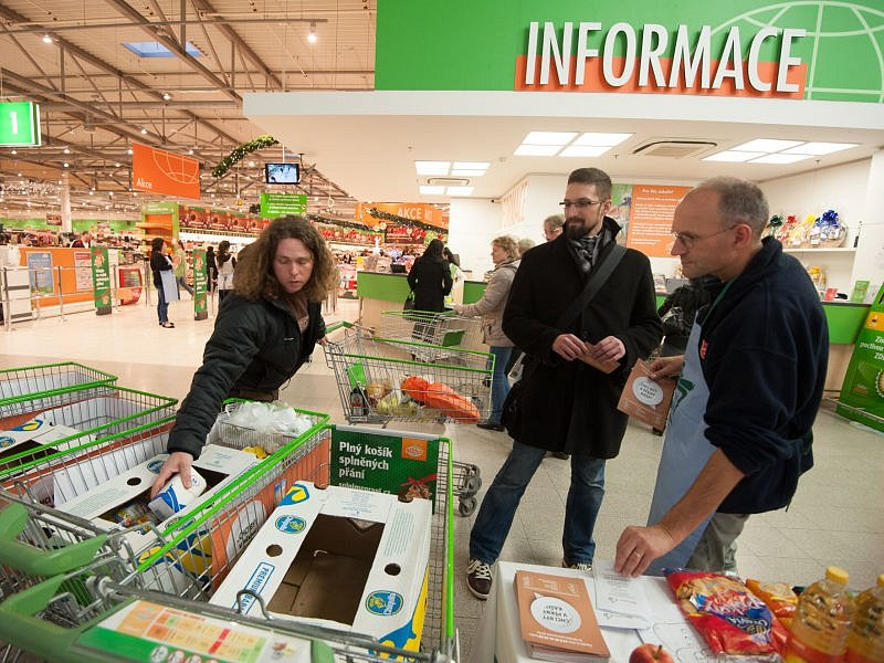 Do Národní potravinové sbírky 22. listopadu se letos zapojilo třikrát víc obchodů než vloni – na více než 380 místech po celém Česku.