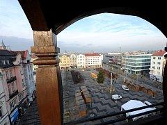 Pohled z věže na Masarykovo náměstí na přípravu tradičních vánočních trhů. Ilustrační snímek.