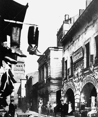 Takto vypadala Velká ulice vcentru Ostravy vdobě své největší nechtěné slávy začátkem minulého století. Nejvykřičenější byla její část zvaná Pod laubama.