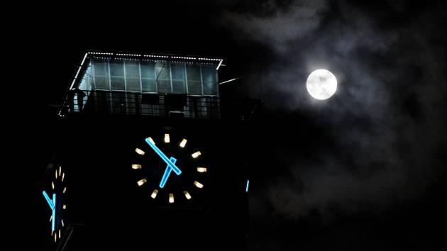 Na radniční věž si v sobotu můžete vyrazit za noční vyhlídkou