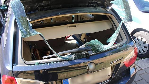 Do jednoho z vozidel se muž vloupal po rozbití okna zadních dveří. Foto: Policie ČR