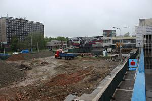 Demolicí původních staveb začala velká rekonstrukce předprostoru obchodního centra na ulici Horní v Ostravě-Jihu. Snímek z konce dubna 2019.
