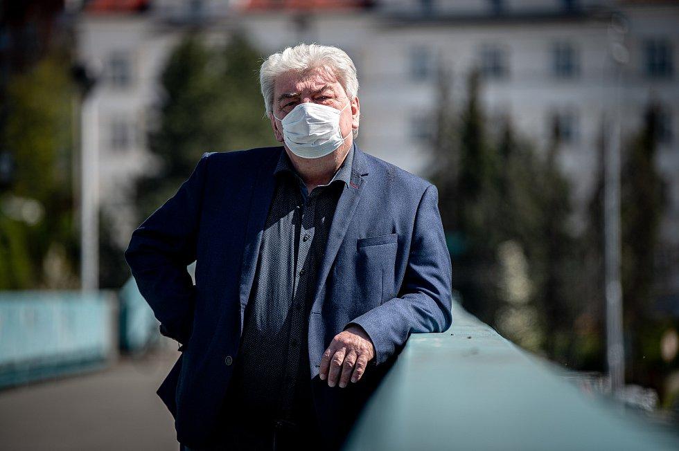 Politik Josef Babka při fotografování pro Deník, duben 2020 v Ostravě.