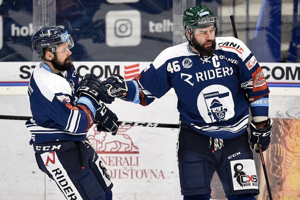 Utkání 15. kola hokejové extraligy: HC Vítkovice Ridera - Mountfield Hradec Králové, 9. listopadu 2020 v Ostravě. (zleva) Rostislav Marosz z Vítkovic a Roman Polák z Vítkovic.