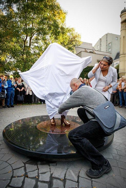 Slavnostní odhalení sochy Věry Špinarové v Husově sadu.Na fotografii autor sochy David Moješčík.