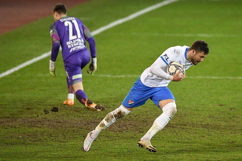 Utkání 21. kola první fotbalové ligy: FC Baník Ostrava – FK Teplice, 27 února 2021 v Ostravě. (zleva) brankář Teplice Jan Čtvrtečka a Patrizio Stronati z Ostravy.