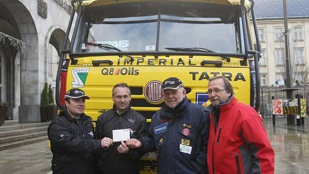 V úterý 24. listopadu vyrazil Aleš Loprais se svým Tatra Teamem od ostravské Nové radnice na další ročník Rallye Dakar.