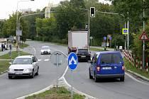 Nebezpečný přechod v Pustkovci. Řidiči přes něj jezdí běžně na červenou.