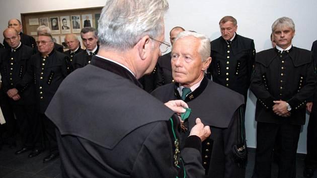 Předseda Českého báňského úřadu Roman Makarius připíná záchranářský kříž Karlu Bajtkovi, který byl dlouholetým havířským záchranářem Dolu František.