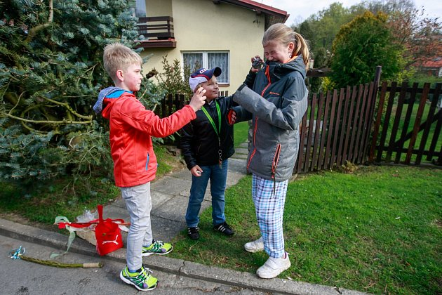 Velikonoce - šmigrustníci v ulicích Ostravy.