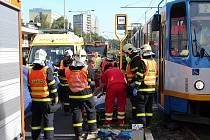 Tragická nehoda ve Výškovicích. Důchodkyně po střetu s tramvají zemřela.