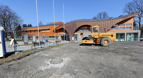 Návštěvníci ostravské zoo již mohou do areálu konečně vejít přes novou bránu. Opravuje se parkoviště.