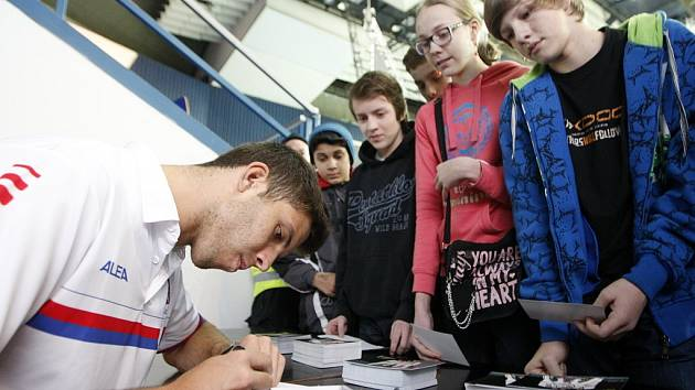 Čeští tenisté si před utkáním prvního kola Davisova poháru s Nizozemskem mezi tréninky našli čas i na nejmladší fanoušky.