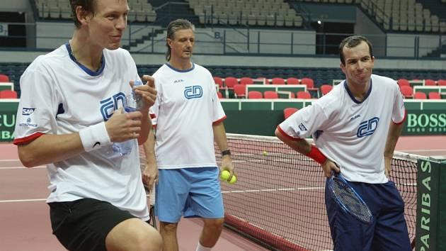 Tenisté Davis Capu při pondělním tréninku. Na snímku Tomáš Berdych vlevo a Radek Štěpánek vpravo.