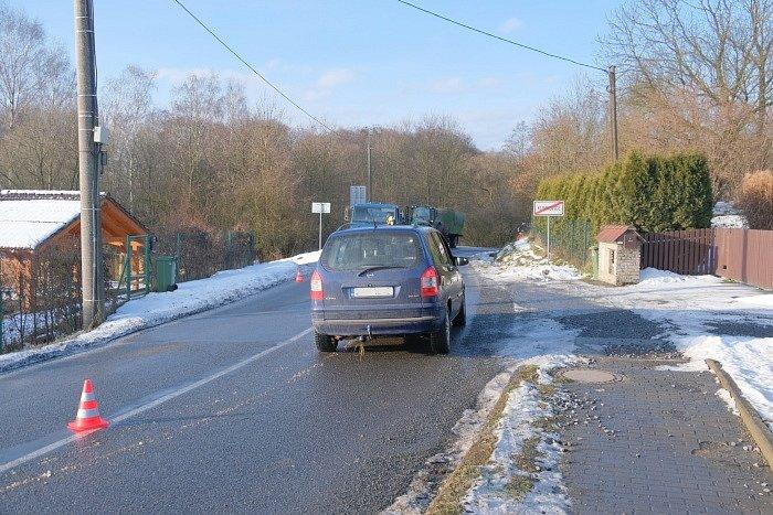 Hasiči vyprošťovali auto z příkopu.